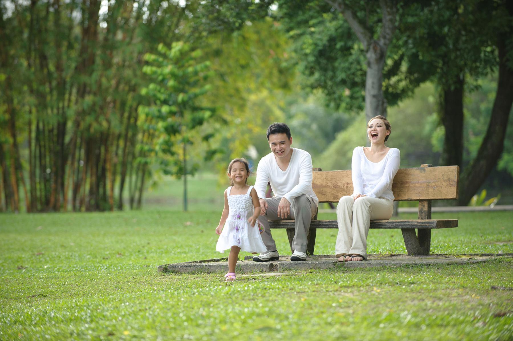 Gia đình tận hưởng không gian xanh mát ven sông Valencia riverside